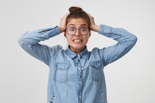 De vrouw klemde zich wanhopig in paniek aan haar hoofd, weet niet waar ze moet vluchten of wat ze moet doen