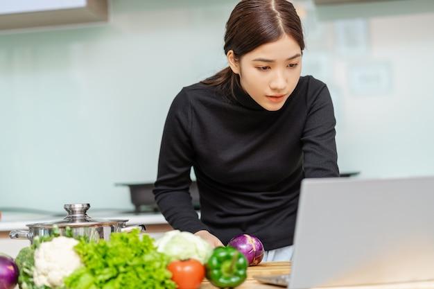 De vrouw leert thuis zelf koken
