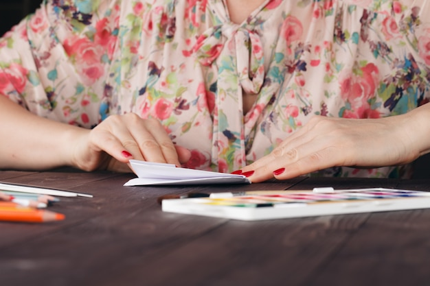 De vrouw leidt origami op