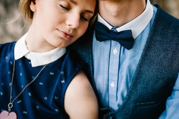 De vrouw leunde zachtjes op haar man, voelt zich veilig