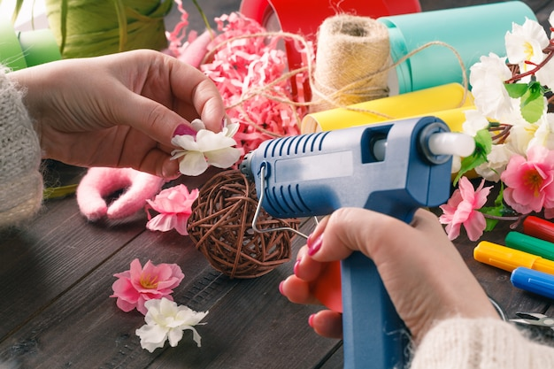 De vrouw maakt bloemendecor