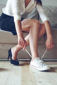 De vrouw maakt de keuze tussen comfortabele en ongemakkelijke schoenen.