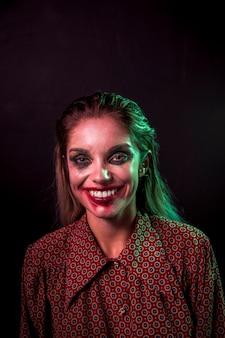 De vrouw maakt halloween het glimlachen goed
