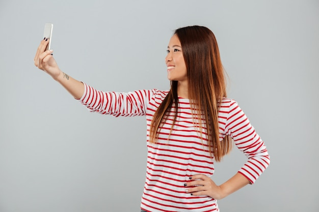 De vrouw maakt selfie telefonisch geïsoleerd status