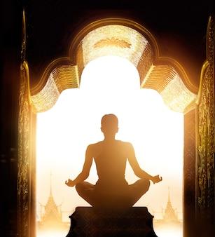De vrouw mediteerde 's morgens in de boog van het gouden heiligdom