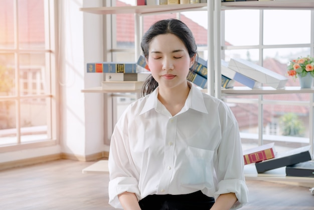 De vrouw mediteert thuis