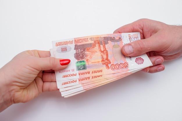 De vrouw neemt geld van de man handen. geld wisselen