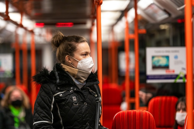 De vrouw reist met het openbaar vervoer door de stad