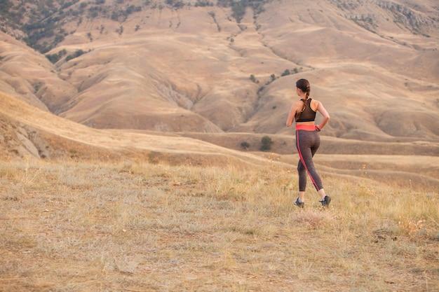 De vrouw rent in de bergen