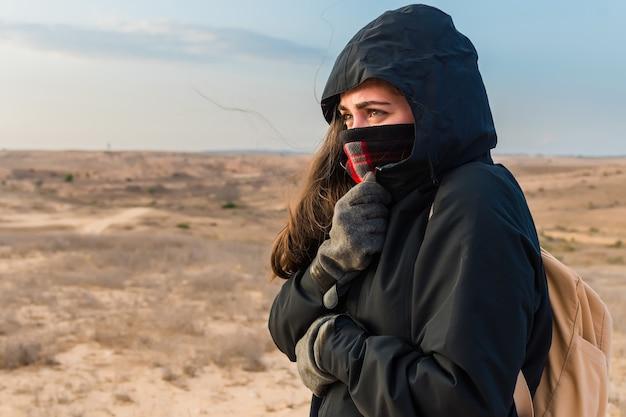 De vrouw ritste haar jasje dicht om zichzelf tegen koud weer te beschermen