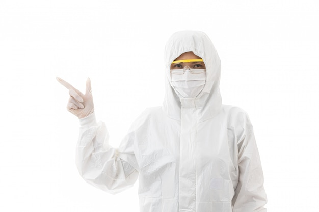 De vrouw steriliseert binnen laboratoriumjas