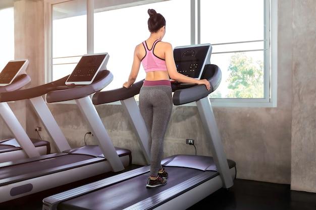 De vrouw van azië het geschikte en gezonde lopen in gymnastiek.