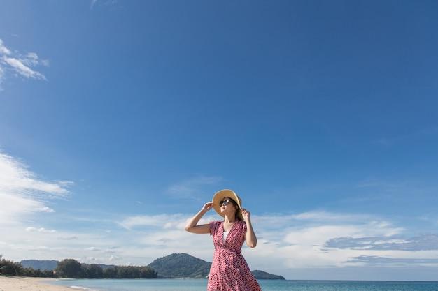 De vrouw van azië op de vakantie van de strandzomer