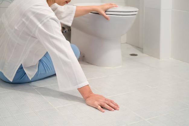 De vrouw van de pensionering viel in een toilet