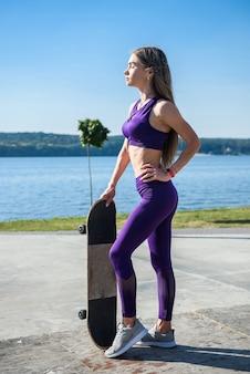 De vrouw van de tiener berijdt haar skateboard