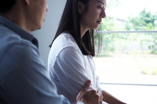 De vrouw voelde zich depressief, overstuur en verdrietig na het vechten met het slechte gedrag van haar man. ongelukkige jonge vrouw verveelt zich na het huwelijk met problemen.