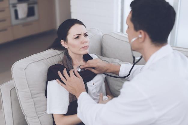 De vrouw werd ziek en belde de dokter thuis.