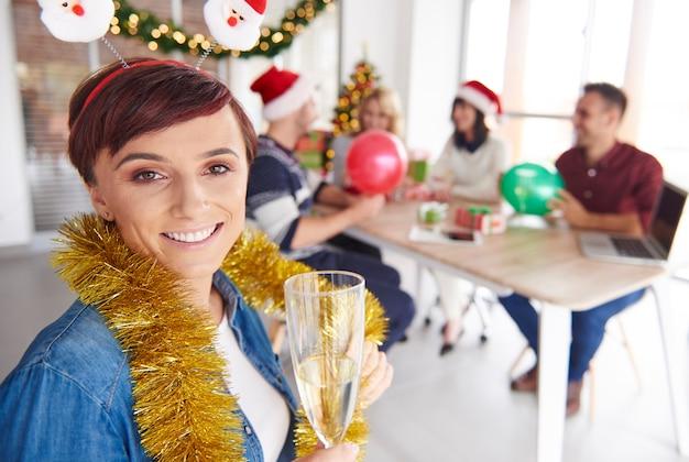 De vrouw wil graag een toast uitbrengen op arbeiders