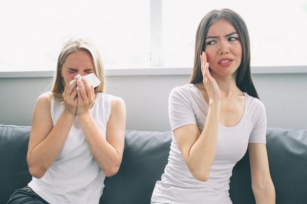 De vrouw wordt ziek, maar haar vriendin wil niet ziek worden