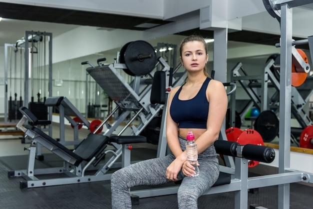 De vrouw zal pauzeren in de sportschool