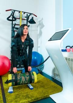 De vrouwelijke atleet doen oefenen ze in een fitness-studio