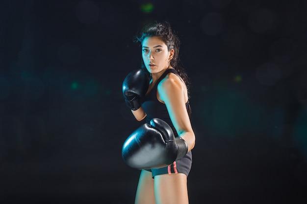 De vrouwelijke bokser die traint bij sportclub