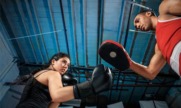 De vrouwelijke bokser en afro-amerikaanse mannelijke bokser.