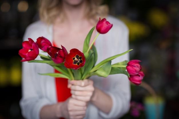 De vrouwelijke bos van de bloemistholding van bloem in bloemenwinkel