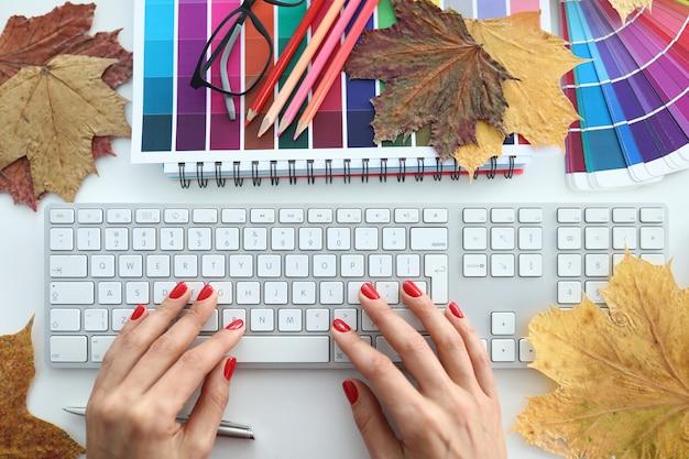 De vrouwelijke handen op een lijst met rode manicure sluiten omhoog