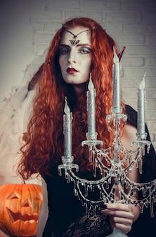 De vrouwelijke heks van halloween treft voorbereidingen voor festival