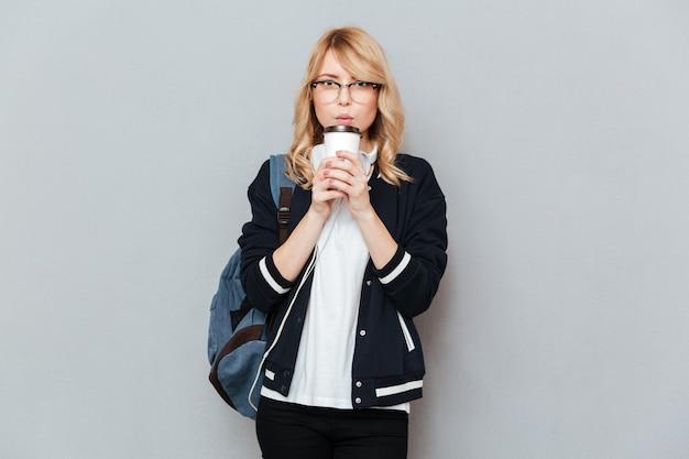 De vrouwelijke kop van de studentenholding van koffie
