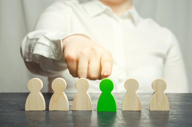 De vrouwelijke leider kiest de persoon in het team.