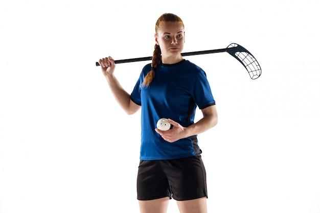 De vrouwelijke speler van floorball die op wit, actie en motieconcept wordt geïsoleerd