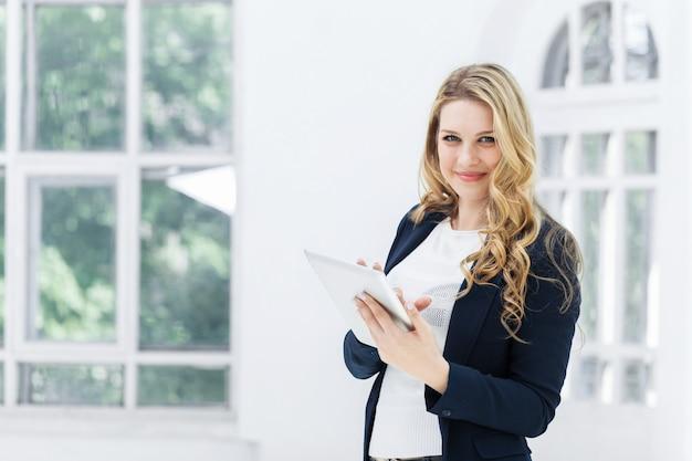 De vrouwelijke werknemer tegen kantoor
