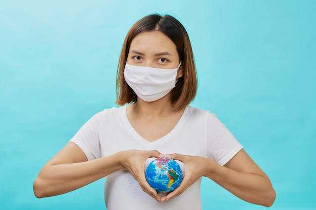 De vrouwen dragen beschermende maskers die wereld houden
