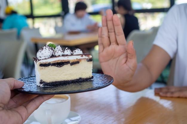 De vrouwen duwden samen met de mensen het taartbord. eet geen desserts om af te vallen.