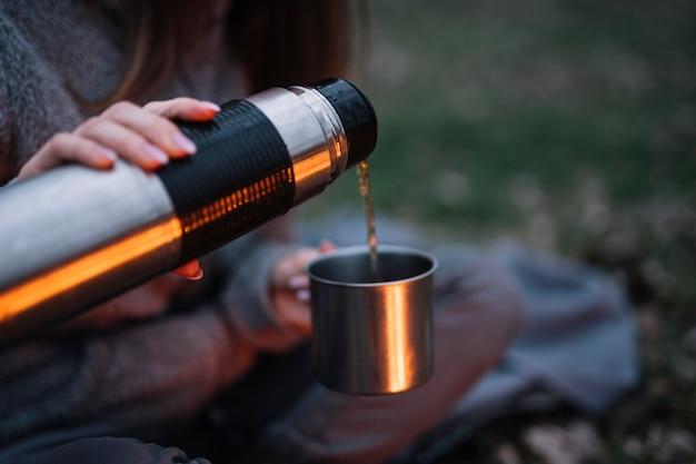 De vrouwen gietende koffie van de close-up