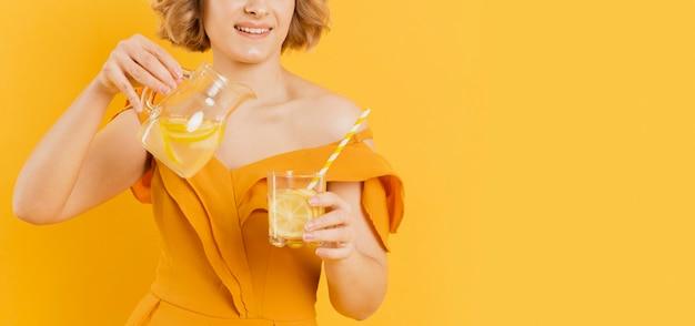 De vrouwen gietende limonade van de close-up