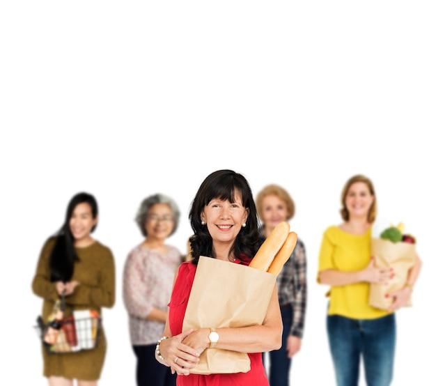De vrouwen van de diversiteit kopen geïsoleerde de studio van de supermarkt van het voedsel