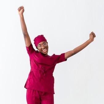 De vrouwendokter die toejuichen met dient de lucht in
