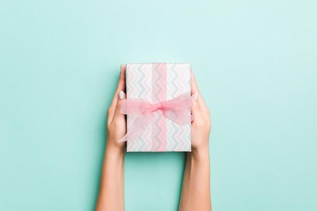 De vrouwenhand geeft valentine-giftdoos, hoogste mening