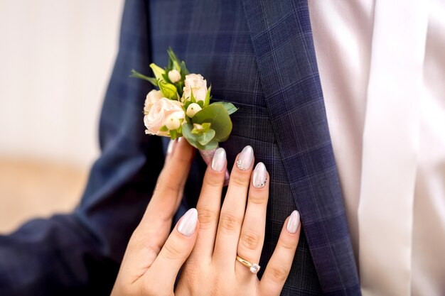 De vrouwenhanden omhelzen bruidegom, sluiten omhoog mening van het gelukkige liefdepaar openlucht omhelzen
