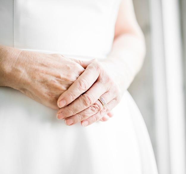 De vrouwenhanden van de close-up met trouwring