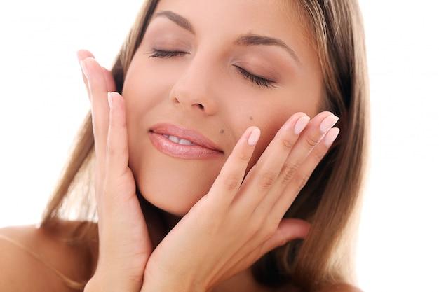 De vrouwenholding overhandigt dichtbij haar gezicht
