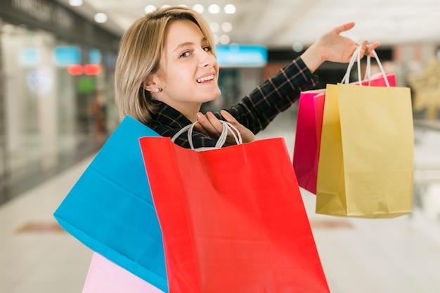 De vrouwenholding van de close-up het winkelen zakken