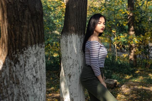 De vrouwenportret van de herfst in openlucht bij het park