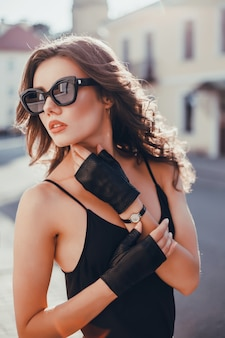 De vrouwenportret van de schoonheid in de straat, openluchtportret, fahionmodel