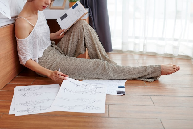 De vrouwentekening schetst thuis