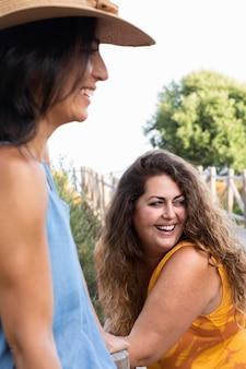 De vrouwenvrienden van smiley samen in openlucht