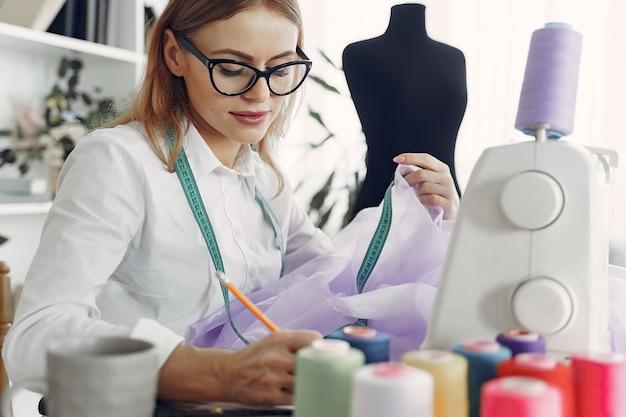 De vrouwenzitting in studio en naait doek
